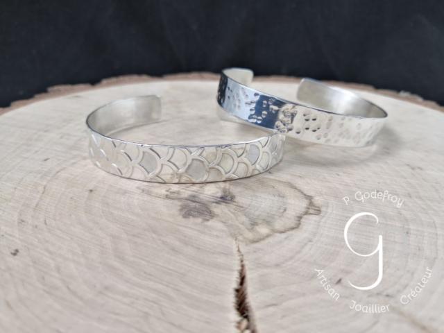 bracelets martelé et motif  japonisant 75 euros